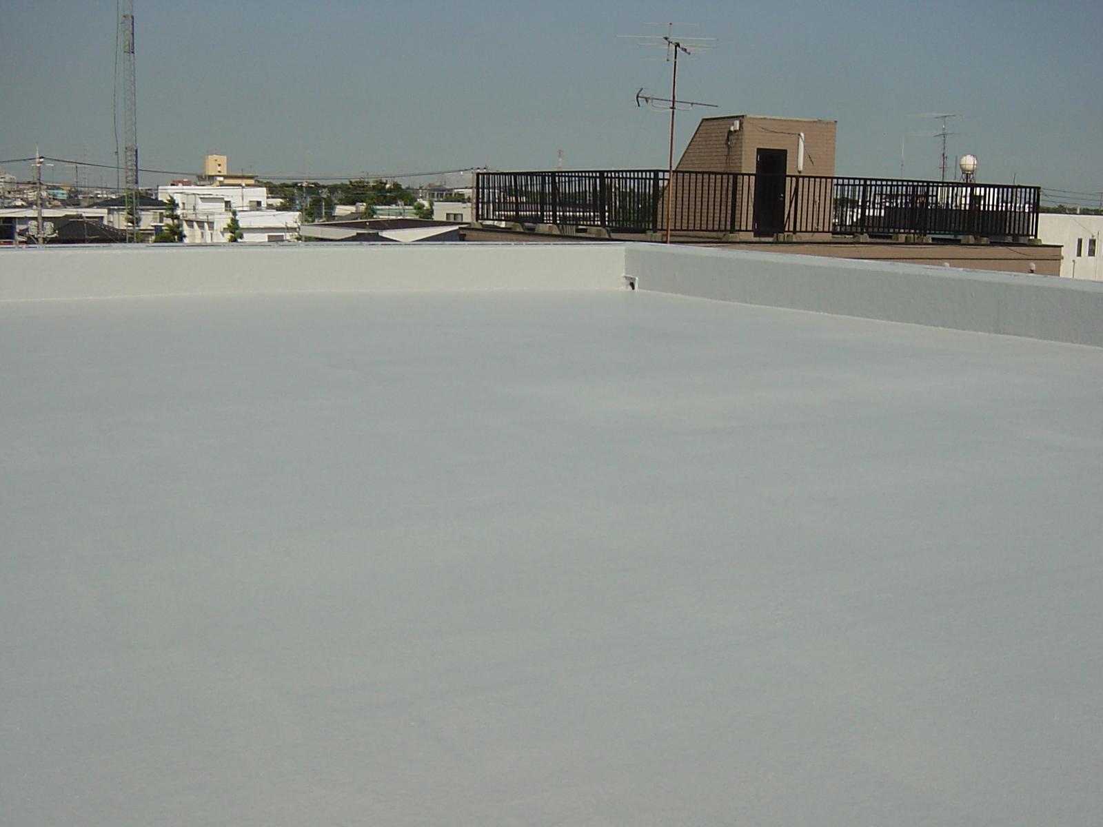 030 中塗り→トップコートで防水工事は完了です。大変綺麗になりました。屋上防...  リフォー